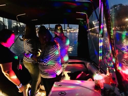 Partygäste die ein Boot für eine Bootsparty mieten