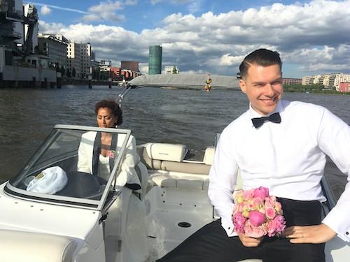 Brautpaar auf einem Motorboot das für die Hochzeit gemietet wurde