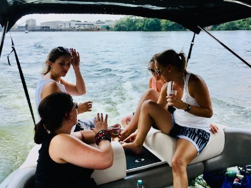 Frauen auf Motorboot auf dem Main